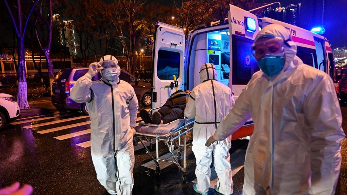前線醫護人員不僅冒著被感染的風險救治患者,還遭到中共嚴厲打壓。(HECTOR RETAMAL/AFP via Getty Images)