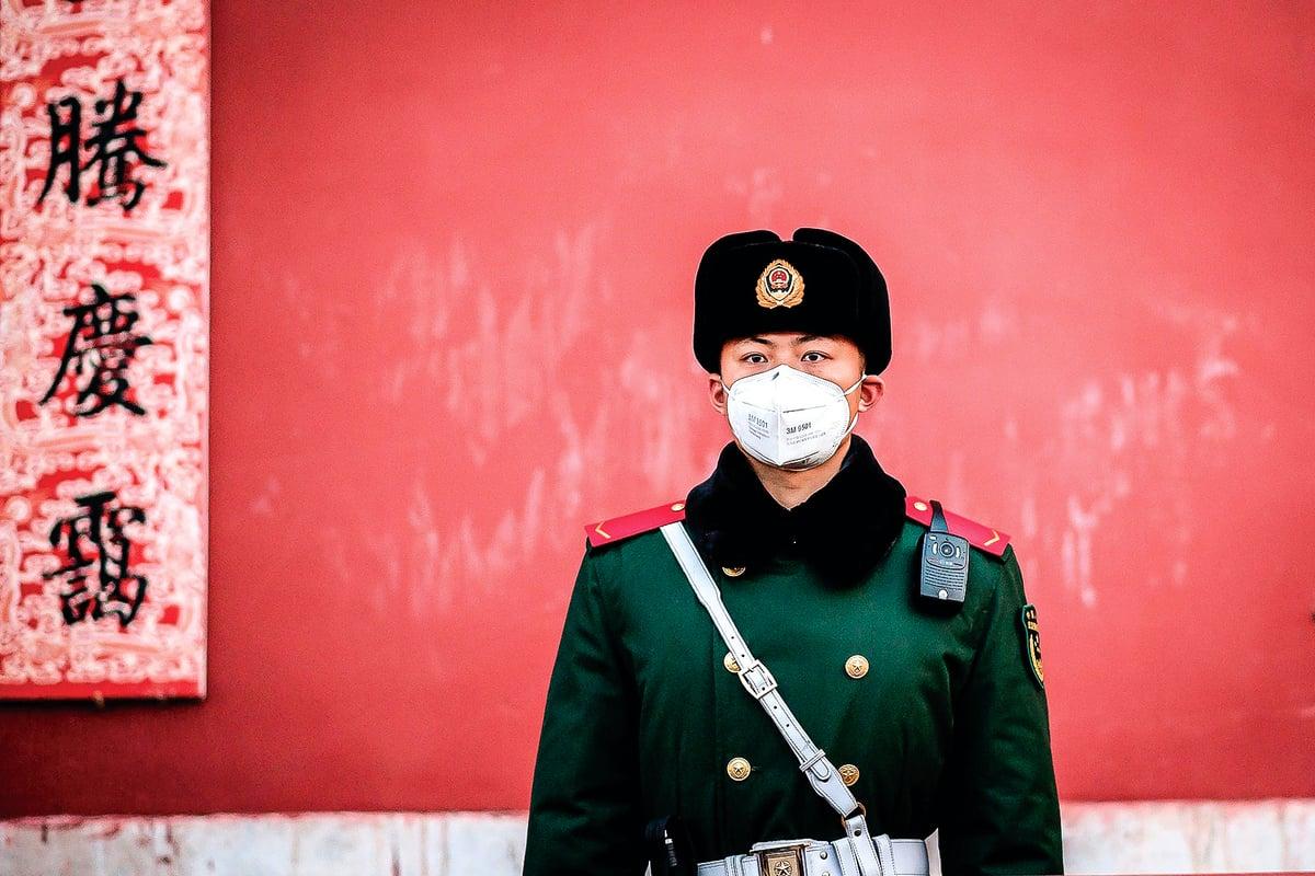 1月25日北京紫禁城出口處守衛。(NICOLAS ASFOURI / AFP)