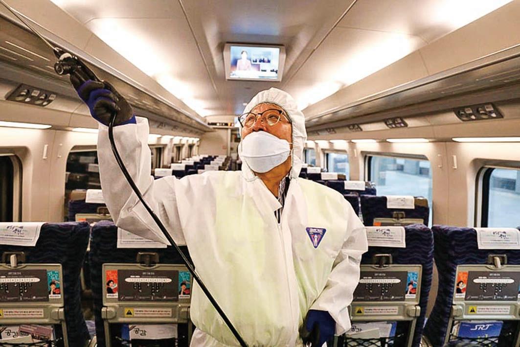 1月24日南韓首爾的一名專業工作者為列車車廂消毒,預防新型冠狀病毒的蔓延。(Chung Sung-Jun/Getty Images)