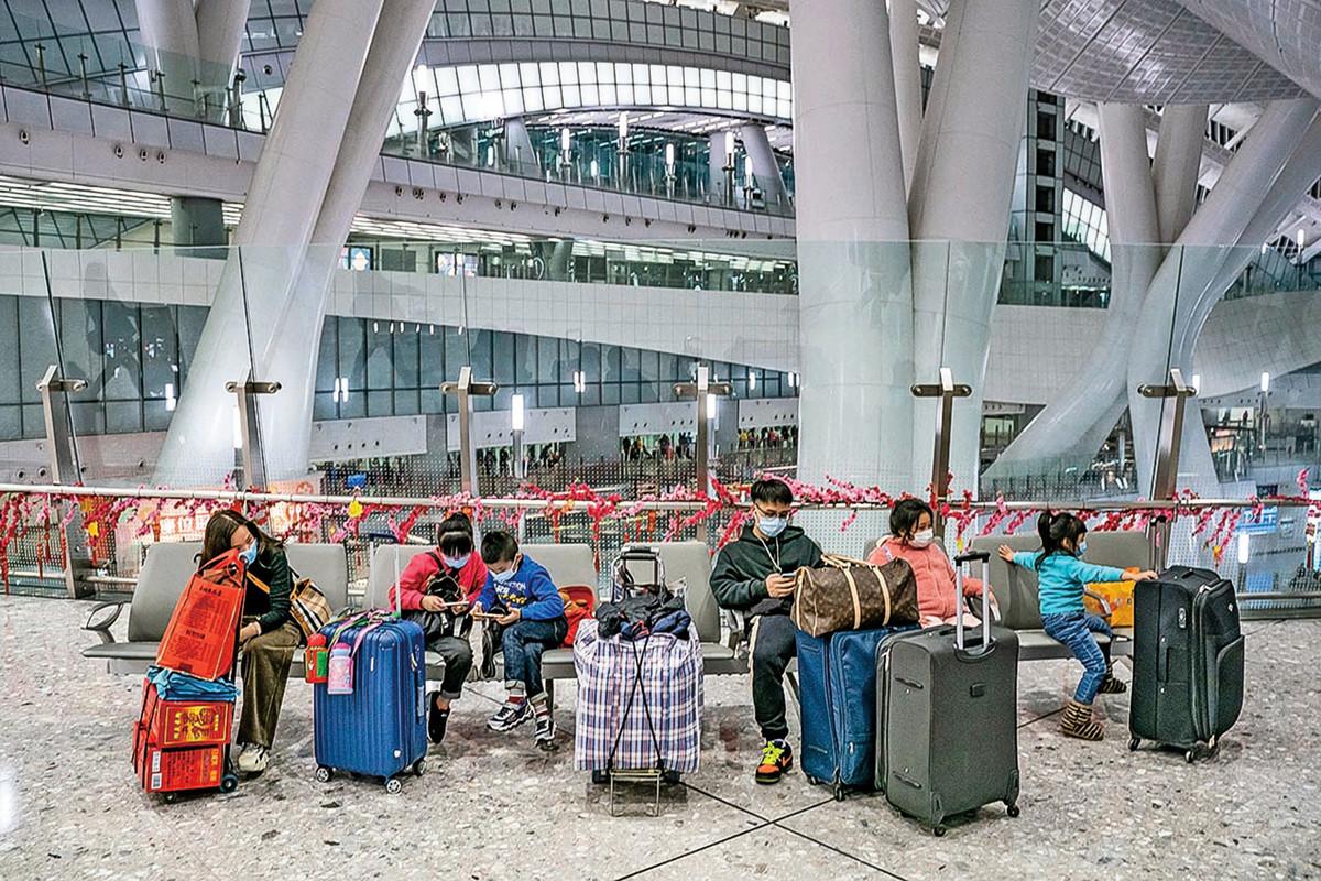 1月29日,遊客在空蕩無人的香港高鐵站等待離開。(Anthony Kwan/Getty Images)