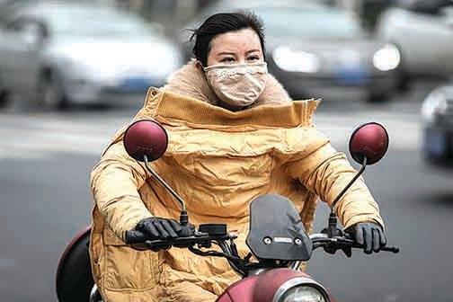 1月27日,封城之下,武漢騎電動單車出行的市民。(Getty Images)