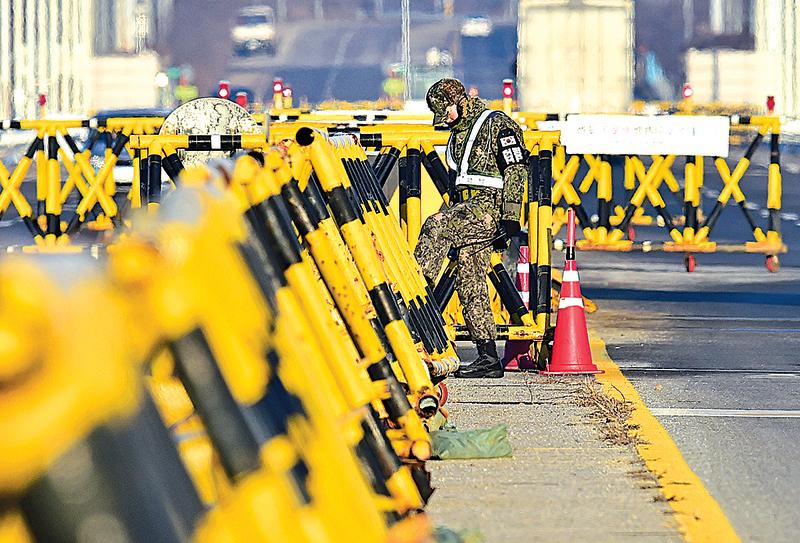 南韓政府7日決定只允許和生產活動有直接關係的人員進出北韓開城工業園區,11日再次縮小人員規模。(AFP)