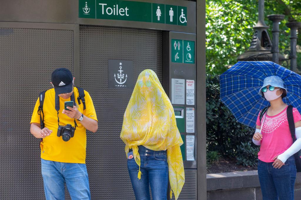 2020年1月31日,在澳洲悉尼,民眾為防中共病毒傳染,戴口罩或覆蓋薄紗遮蔽。(Jenny Evans/Getty Images)