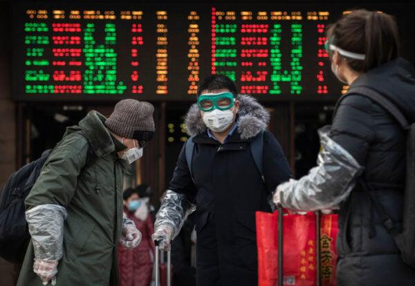 2020年1月31日,新年假期返回北京的民眾,在下火車以後戴口罩和風鏡。(Kevin Frayer/Getty Images)
