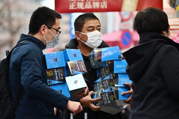 2020年1月27日,在東京秋葉原,民眾爭買口罩。(CHARLY TRIBALLEAU/AFP via Getty Images)