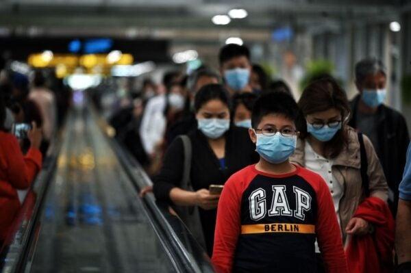 2020年1月24日,在曼谷的國際機場,乘客戴著口罩下飛機。(LILLIAN SUWANRUMPHA/AFP via Getty Images)