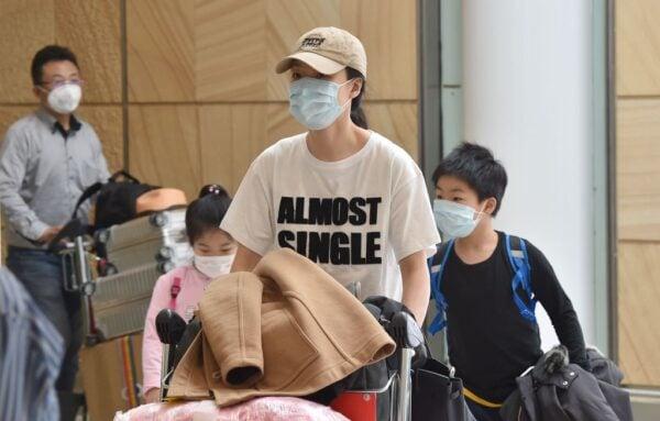 2020年1月25日,乘客戴著口罩抵達悉尼機場。(PETER PARKS/AFP via Getty Images)