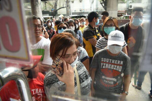 2020年1月31日,菲律賓民眾對中共病毒的恐懼加劇,大批人群聚集醫療用品商店搶購口罩。(TED ALJIBE/AFP via Getty Images)