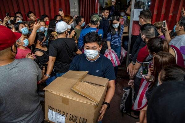 2020年1月31日,菲律賓民眾對中共病毒的恐懼加劇,大批人群聚集醫療用品商店搶購口罩。(Ezra Acayan/Getty Images)
