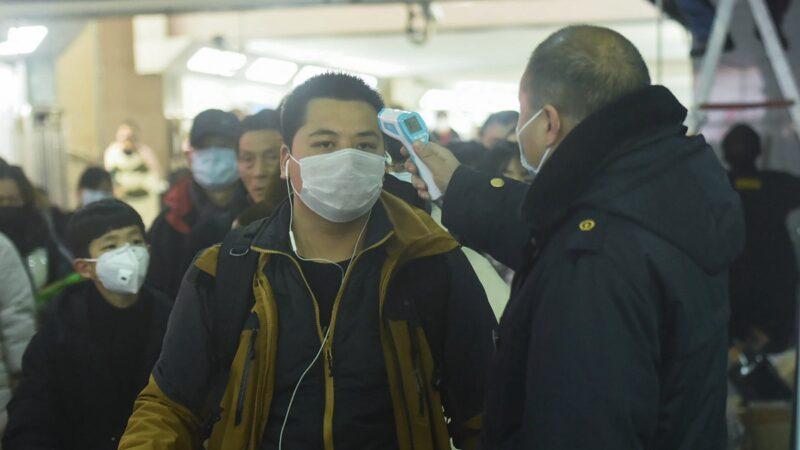 有專家建議通過多項措施來進行自我保護,以防被感染上中共病毒。(STR/AFP via Getty Images)