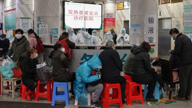 中共肺炎疫情失控,人數多到中共官方不敢確診。圖為,武漢市紅十字會醫院內,患者排隊就診畫面。(HECTOR RETAMAL/AFP via Getty Images)