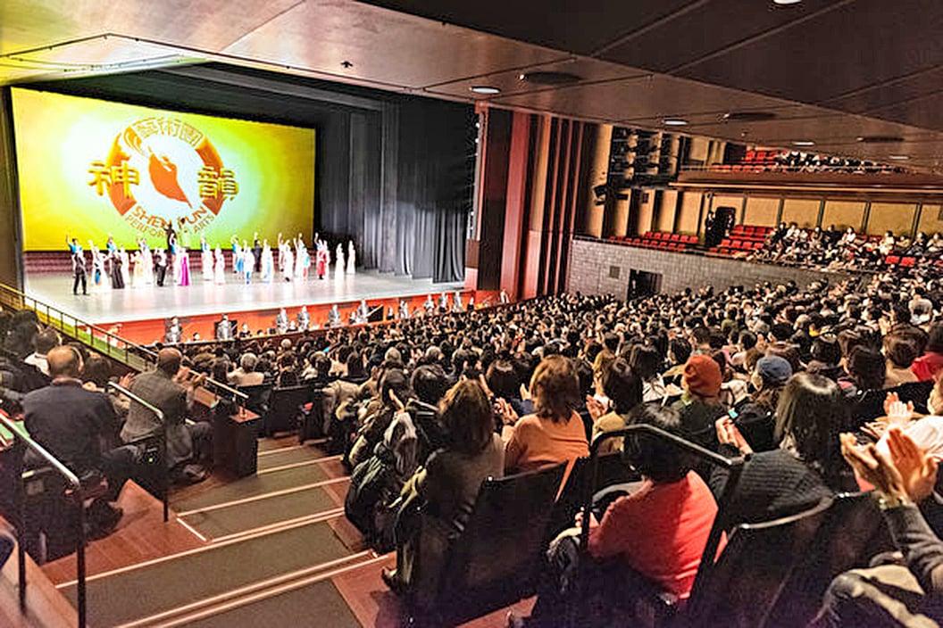 2月1日,神韻紐約藝術團再度蒞臨日本古都京都。神韻以全善全美的藝術詮釋中國傳統文化內涵,贏得觀眾共鳴。(牛彬/大紀元)