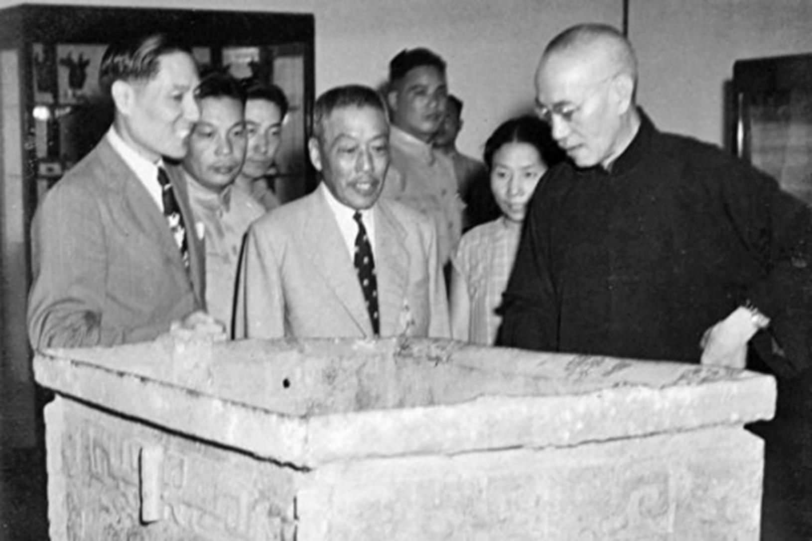 1947年,蔣介石、宋美齡、蔣經國一家三口參觀了在南京舉辦的故宮國寶展覽,眾多展覽的珍寶中,商司母戊大方鼎和周毛公音鼎乃為蔣總統直接經手贈送給故宮博物院的收藏品。(公有領域)