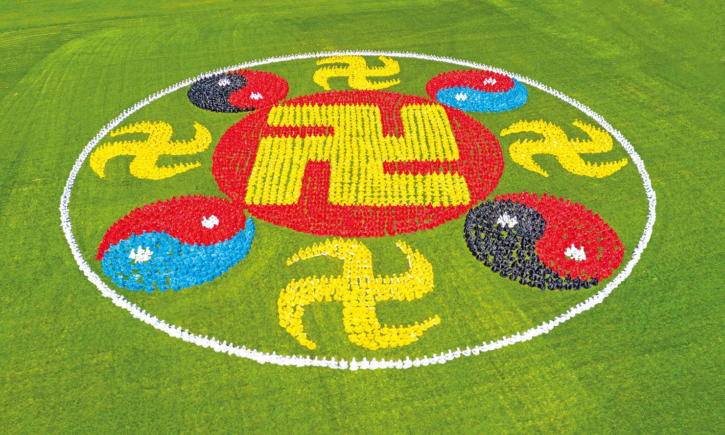 法輪圖形,內圈中心為卍字符,其紅底屬火,紅火生黃土,對應中天人道時期陰、陽相生為主。(大紀元資料庫)