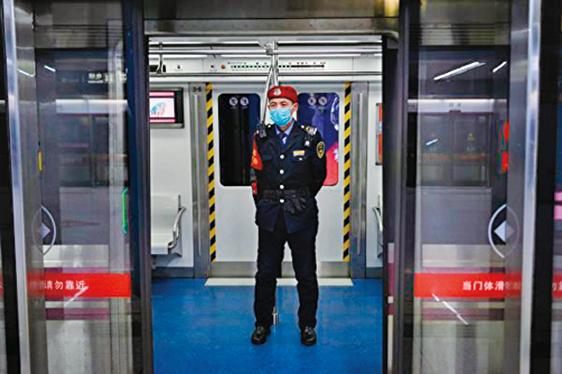 溫州市宣佈封城,直到2月8日為止。圖為北京地鐵內一名戴著口罩的警衛。(Getty Images)