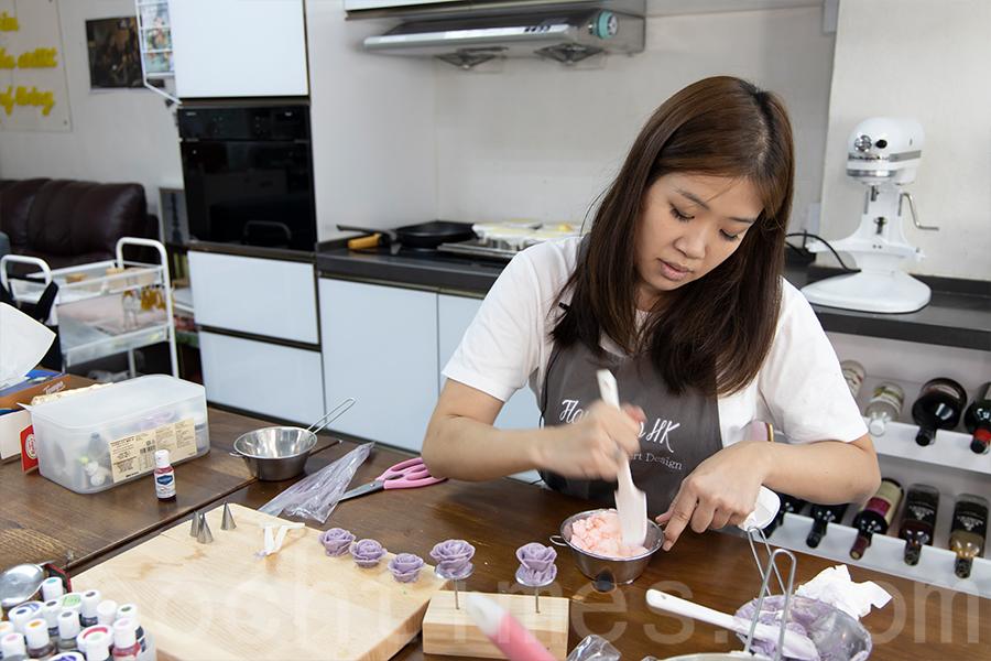 原本性情急躁的Yuki,當坐下來設計糕點、裱花時,就像變成了另一個人,她可以耐性十足地進行不同的嘗試。(陳仲明/大紀元)