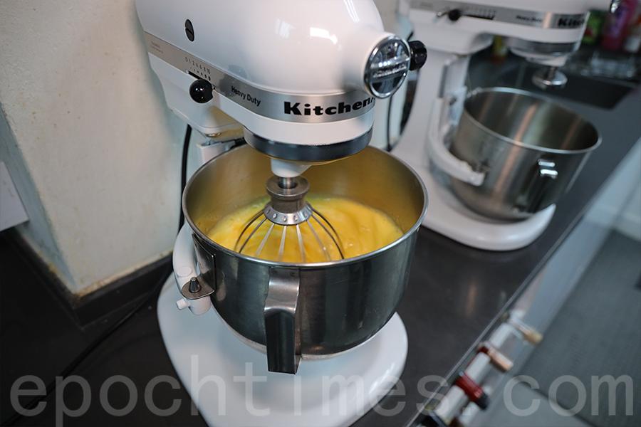 蛋糕烘培的過程:攪拌雞蛋。(陳仲明/大紀元)
