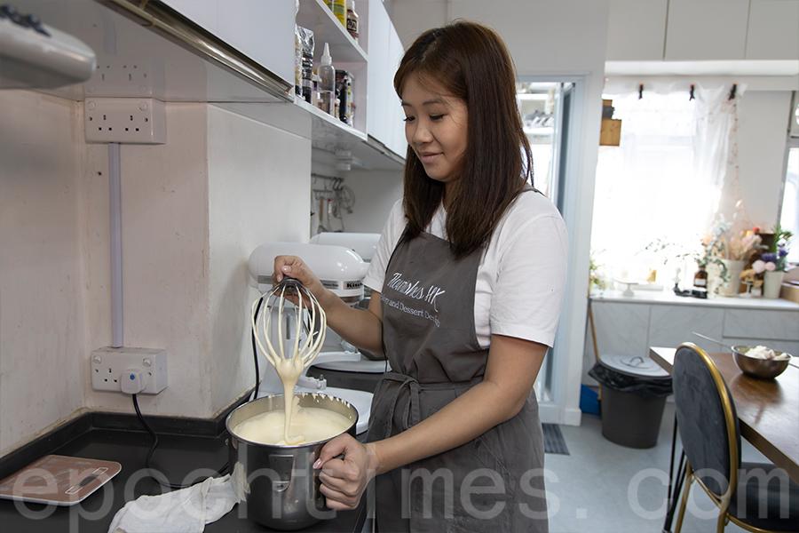 Yuki示範蛋糕烘培過程。(陳仲明/大紀元)