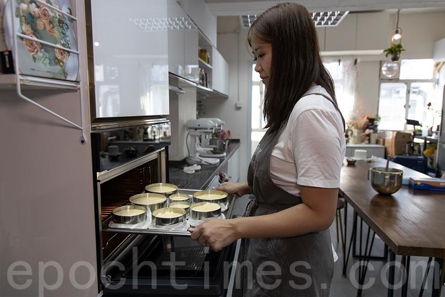 Yuki示範蛋糕烘培過程,將準備好的蛋糕放入焗爐。(陳仲明/大紀元)