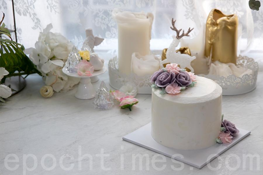 一句簡單的問候,或者一份小禮物,都令Yuki受到鼓舞,在裱花蛋糕製作上一路前行。(陳仲明/大紀元)