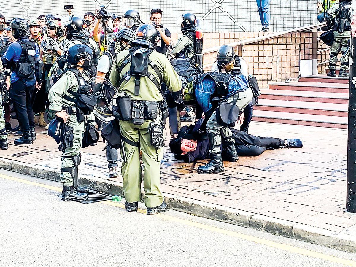 陳日君說,香港警員就像野獸捕食一樣對待那些手無寸鐵的民眾,這真的很可怕。(文瀚林/大紀元)