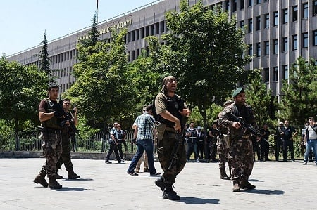 土耳其軍人15日晚政變失敗後,當局展開大清洗,且範圍不斷擴大,不但拘捕了超過7000名司法與軍隊人員,還將約8000名警察停職。圖為警察在安卡拉街頭執行任務。(ILYAS AKENGIN/AFP/Getty Images)