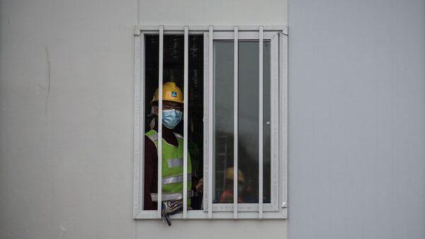 火神山醫院如同監獄牢房,病房窗戶外焊鐵條、鋼門。(Getty Images)