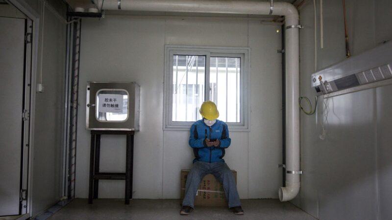 武漢火神山醫院內景曝光。圖為一名工人坐在病房裡。(Getty Images)
