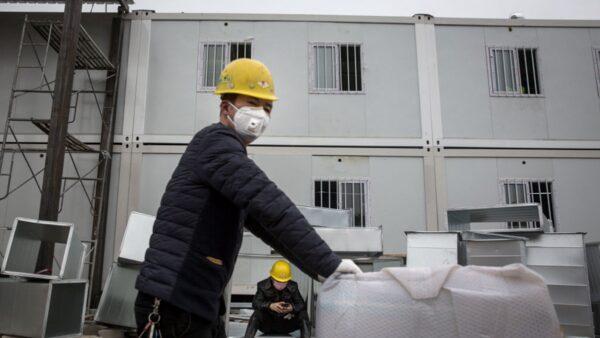 圖為火神山醫院外景,工人在建造過程中。(Getty Images)