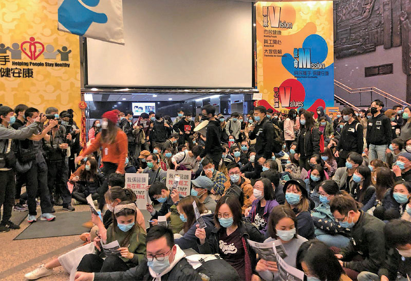 近300名醫護人員在醫管局大樓,聲援醫管局員工陣線與醫管局的會面,他們又表示對政府宣佈再關閉4個口岸不收貨,重申要求全面封關。(梁珍/大紀元)