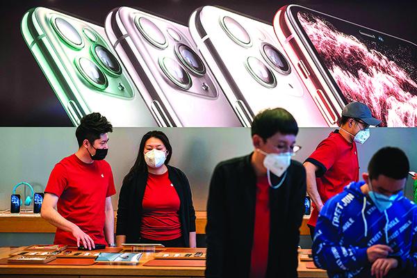 2020年1 月30日, 北京一家蘋果專賣店裏的員工和顧客都帶著口罩。(Getty Images)