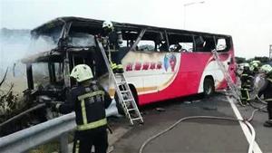 台灣國道2號旅遊巴起火 初估26人罹難