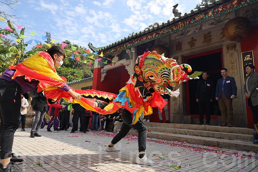 在喜慶節日時,麒麟到賀首先便要到訪村中的廟宇叩拜。(陳仲明/大紀元)