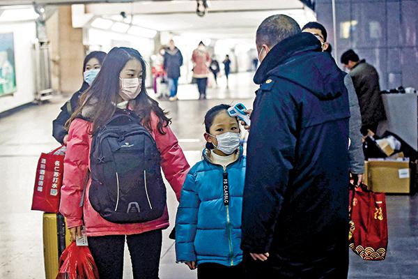 1月23日武漢突然「封城」,當日眾多武漢人搶在封城前離開,不少人前往浙江。圖為該日杭州火車站。(AFP)