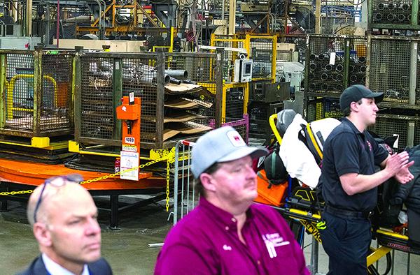2020年1月30 日,密歇根汽車零件製造商Dana Incorporated 沃倫(Warren)工廠工人和訪客聽特朗普總統演講。(AFP)