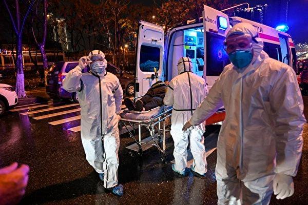 武漢中共肺炎疫情肆虐,大批患者面臨救治困難,醫院病人死了不許家屬看,直接送火葬場。有病人自殺,有人倒在街頭,有人死在家裏被拖出去。圖為1月25日,武漢一家醫院。 (HECTOR RETAMAL/AFP via Getty Images)