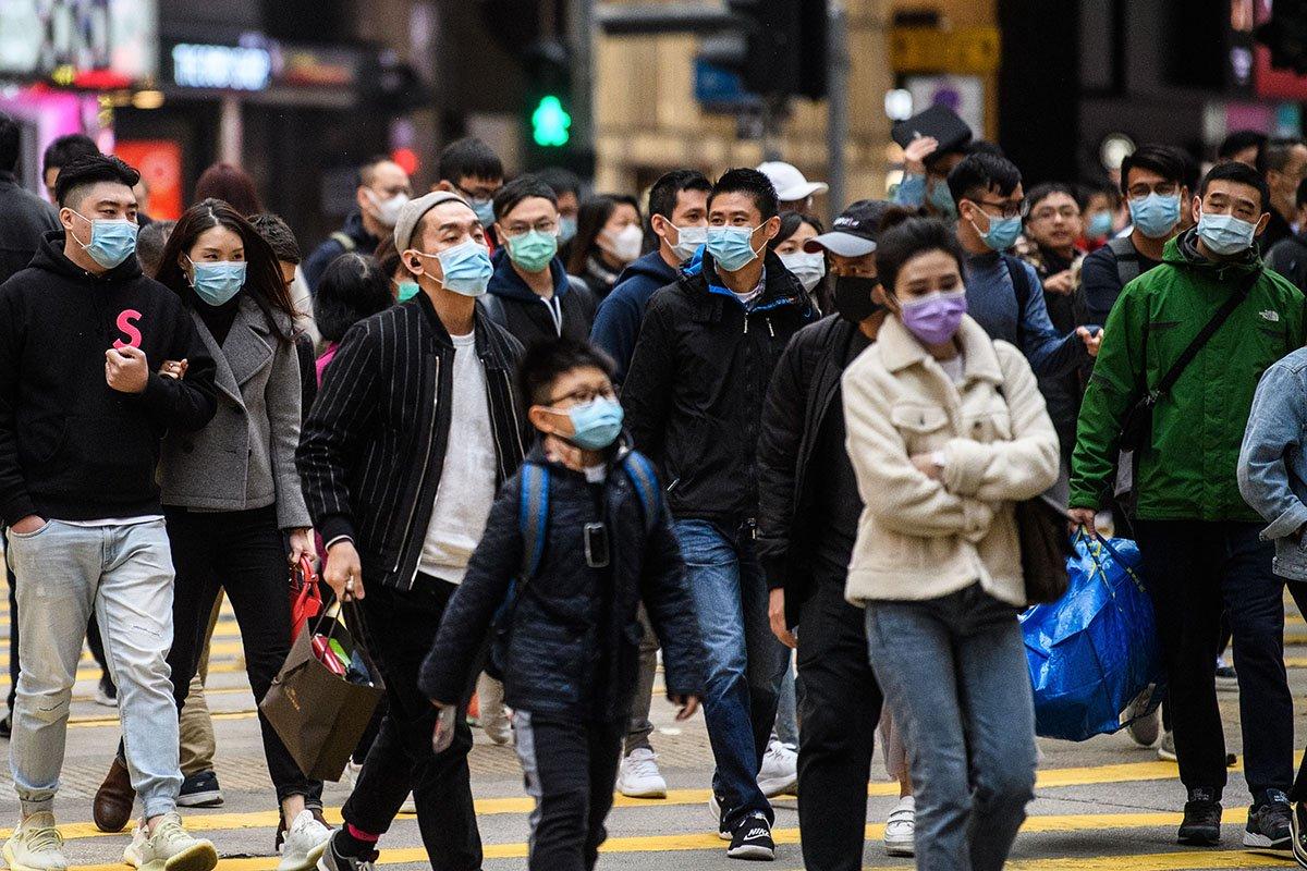 香港口罩供不應求,新年開始出現搶購潮,現時一罩難求。(ANTHONY WALLACE/AFP via Getty Images)