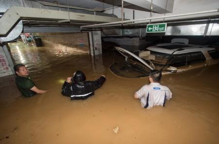 2016年7月2日,湖北武漢,停車場遭洪水淹没。(STR/AFP/Getty Images)