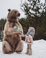 攝影師拍出唯美童話世界 ——模特兒和熊的奇幻相遇