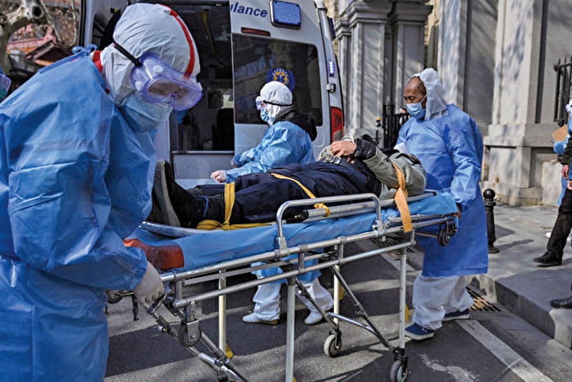 近日被確診感染新型冠狀病毒的眼科醫生李文亮,接受美媒專訪。圖為一名疑似感染的患者被帶走。(AFP)