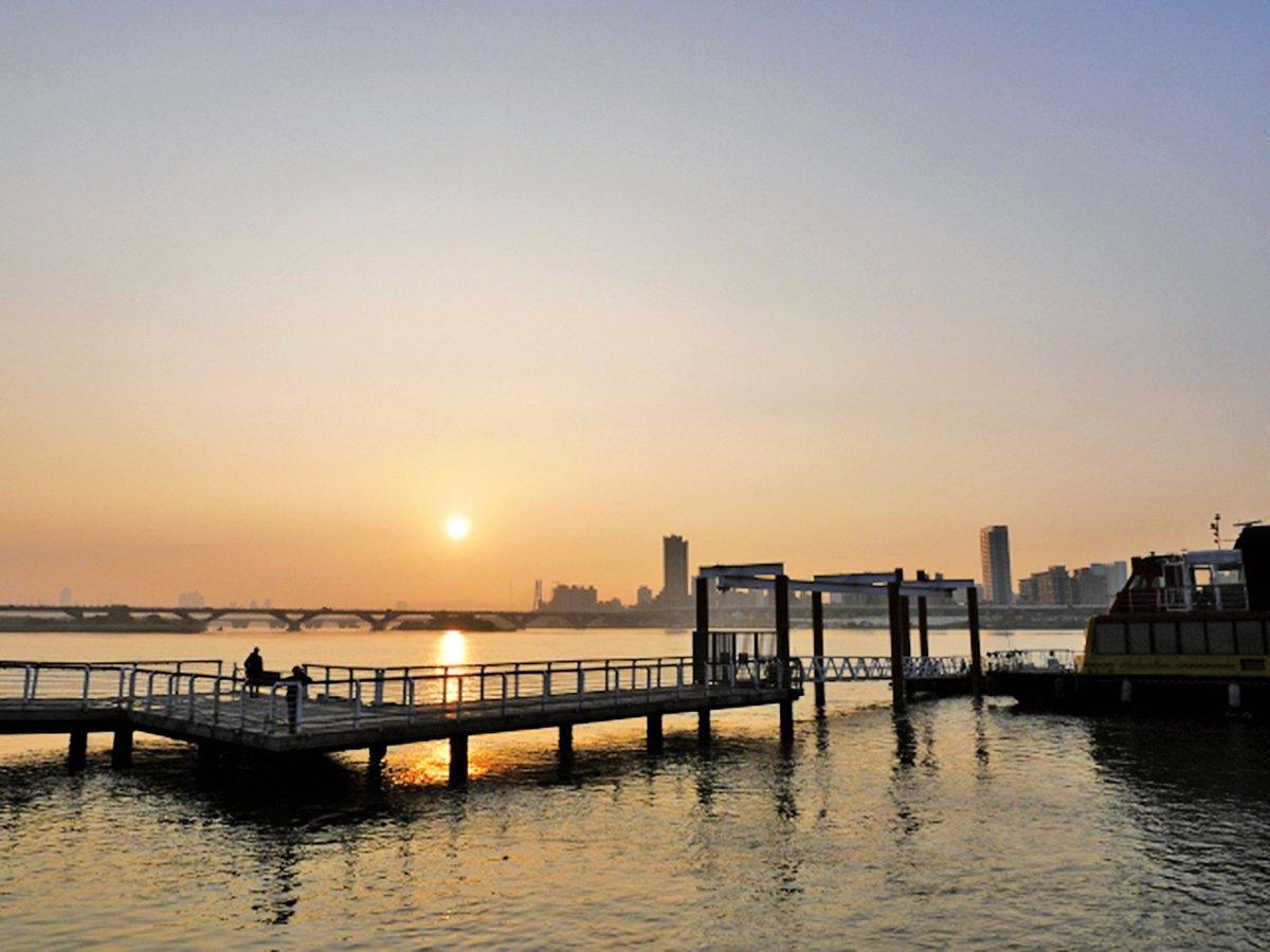 大同區大稻埕碼頭5號水門,傍晚可以看到媲美郊外海邊的夕陽美景。