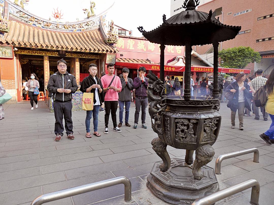 民眾在霞海城隍廟祈求好姻緣。