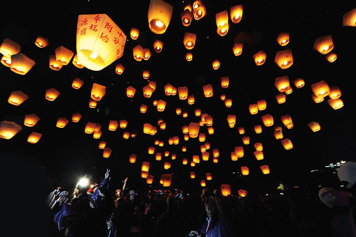 元宵節夜空點燃起燦爛的色彩,剎時變成永恆。(大紀元資料室)