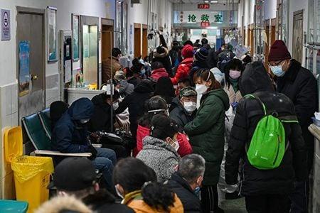 武漢醫院人滿為患,病人家屬透露,打針平均排12小時,有些病人等不到就死了。(HECTOR RETAMAL/AFP via Getty Images)