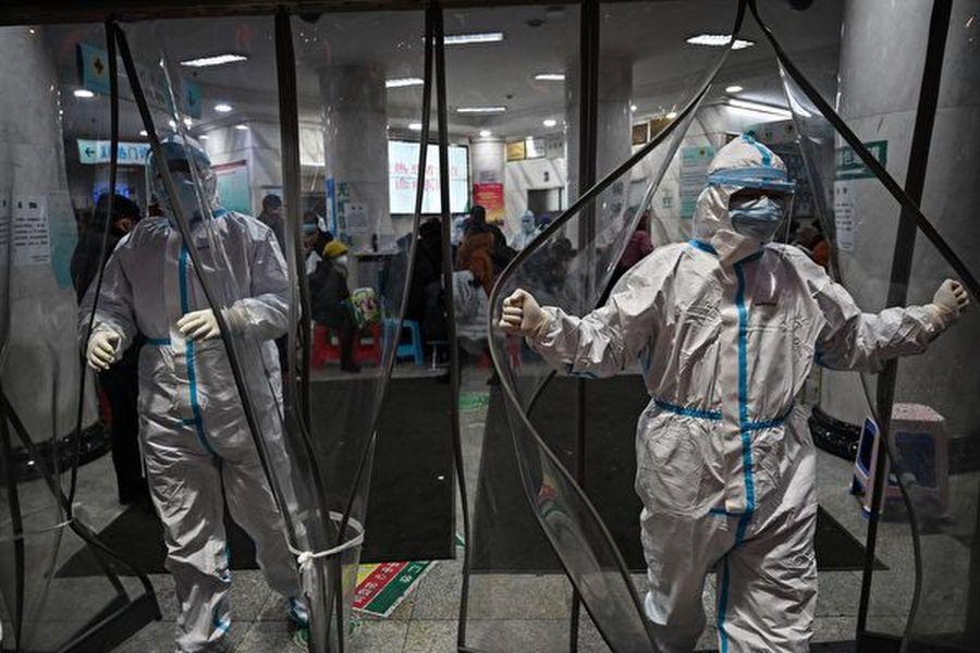 武漢大學中南醫院重症醫學科主任彭志勇,對中南醫院從1月7日至1月28日的138個病例樣本數據進行總結,發現新冠病毒的發作周期一般是三周。圖為武漢的一家醫院。(HECTOR RETAMAL/AFP via Getty Images)
