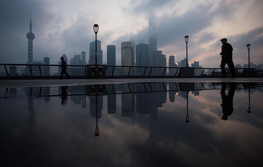 7月18日,上海市紀委通報了5宗違反「八項」規定的問題。其中包括江澤民兒子江綿康在城建系統的勢力地盤。外界關注,習近平當局展開針對江澤民家族及清洗上海官場的行動。(JOHANNES EISELE/AFP/Getty Images)