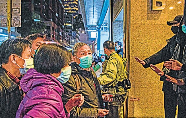 本港各區舉凡有口罩出售的地方都有市民大排長龍,有人甚至通宵瞓街排隊。圖為口罩售罄,排了數小時的長者撲空。(ANTHONY WALLACE/AFP via Getty Images)