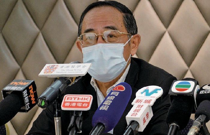 醫學會會長何仲平估計,至少有10名私家醫生因口罩短缺暫時停業,他又建議市民如果缺乏口罩,可配戴布口罩。(梁珍/大紀元)