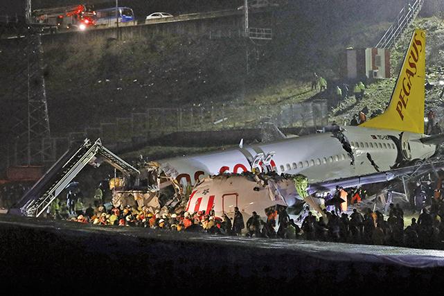 土耳其一架客機,5日在惡劣天氣中降落伊機場時衝出跑道,斷成3截並起火。(Getty Images)