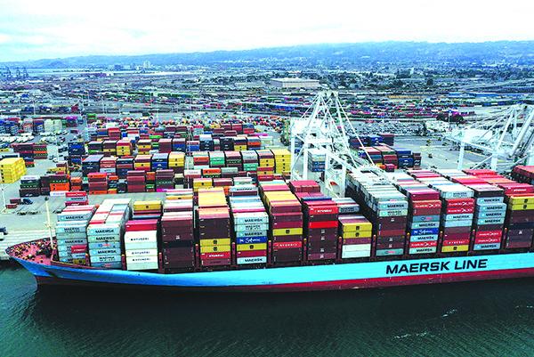 2019年5月13日, 美國加州奧克蘭港口停靠的集裝箱貨運船。(AFP)